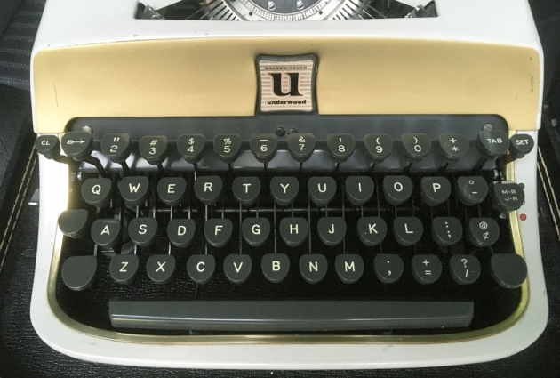 """Underwood """"De Luxe"""" from the keyboard..."""