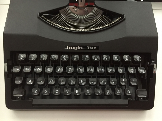 The Swedish letters ÅÄÖ are in the bottom row on most typewriters. On computers nowadays the Å is next to P, and after L comes Ö and Ä. The lever to the left is the keyboard spring setting, which goes from H(ard) to L(ight).