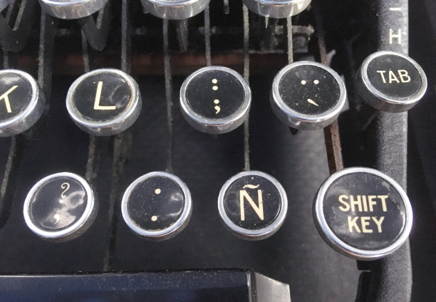"""Remington """"Noiseless Portable Deluxe"""" from the keyboard...(detail 2)"""