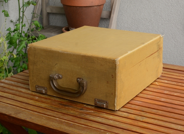 It comes in a wooden carrying case.