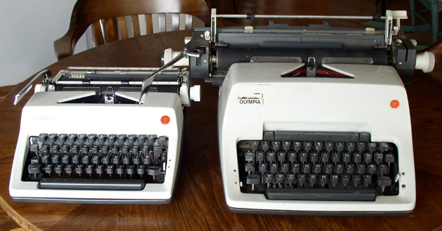 A graphic illustration of the relative sizes of an Olympia SM9 and an Olympia SG3. The family resemblance is obvious; the size difference is surprising.