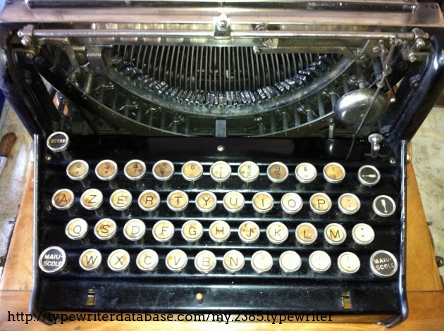 Photo taken during the restoration.. here you can see the upper keyboard pivots... Each key is linked to an upper pivot and a lower pivot. The keyboard has a separate key for accents, maybe for the foreign market.