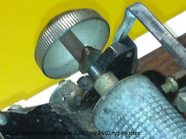 Here you see the platen dissassembly lever. The platen knob works as bell, too.