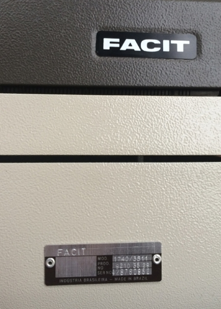 The serial number (and full model number) appear on an easily-accessed plate, similar to most computer equipment of the time.