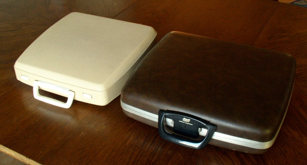 Comparison of the Corsair 700 case with the standard Corsair clip-on lid type case.