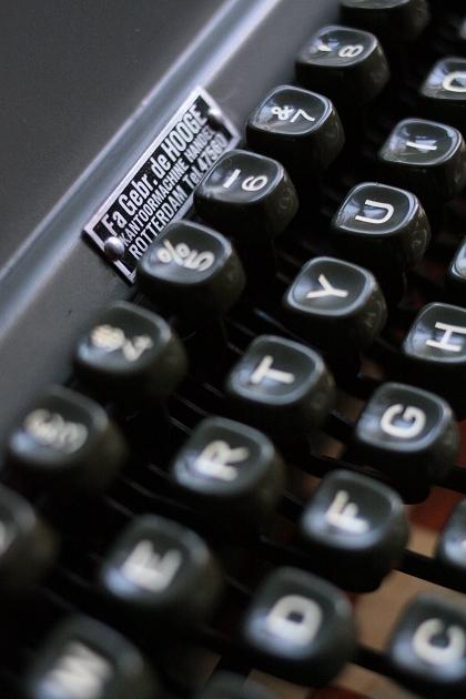 Fa Gebr. de HOOGE KANTOORMACHINEHANDEL ROTTERDAM Tel. 47560 [De Hooge Bros. Co. Office Machines, Rotterdam]