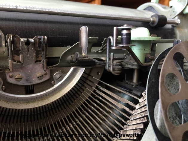 The machine is dirty, but look at the typeslugs: shiny as if they hadn´t been used.